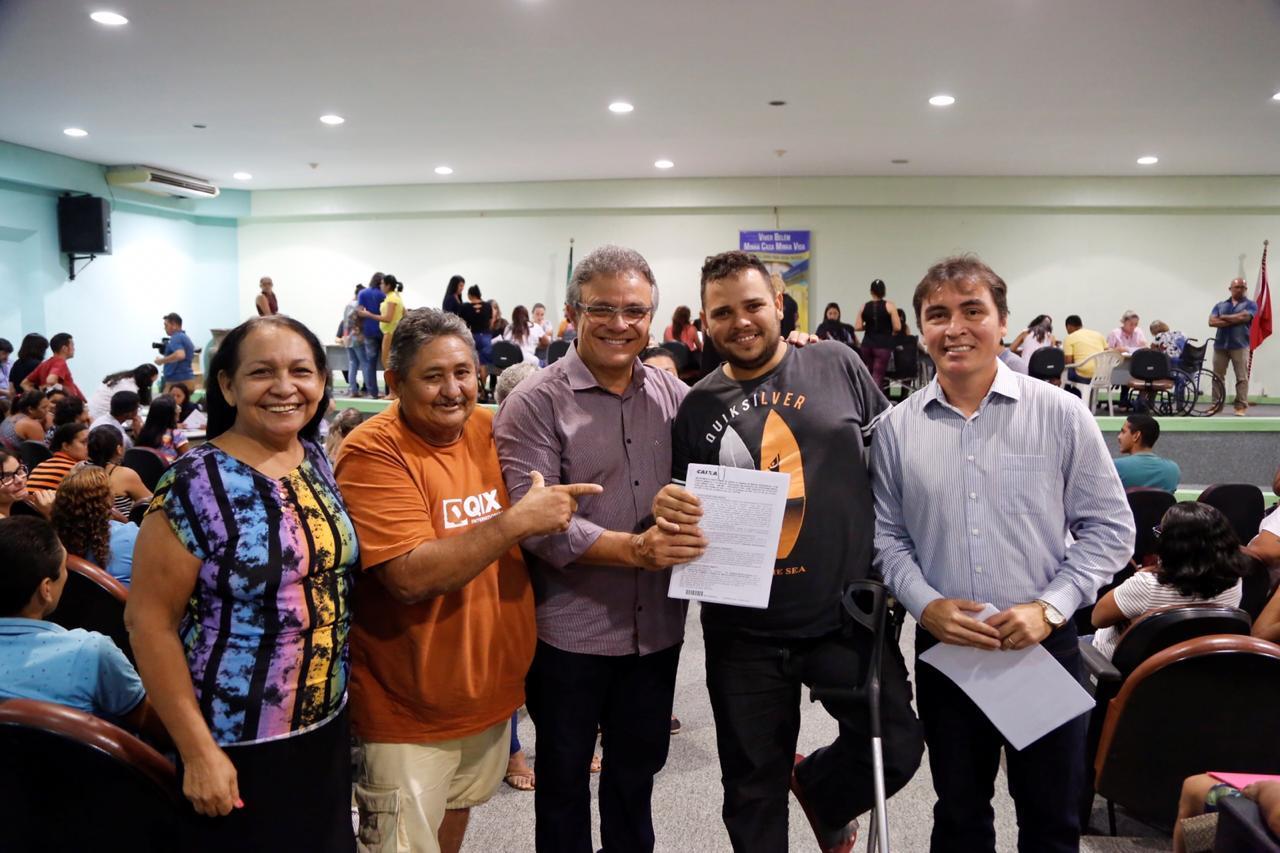 Os contemplados do residencial Portal Tenoné assinam contratos com a prefeitura